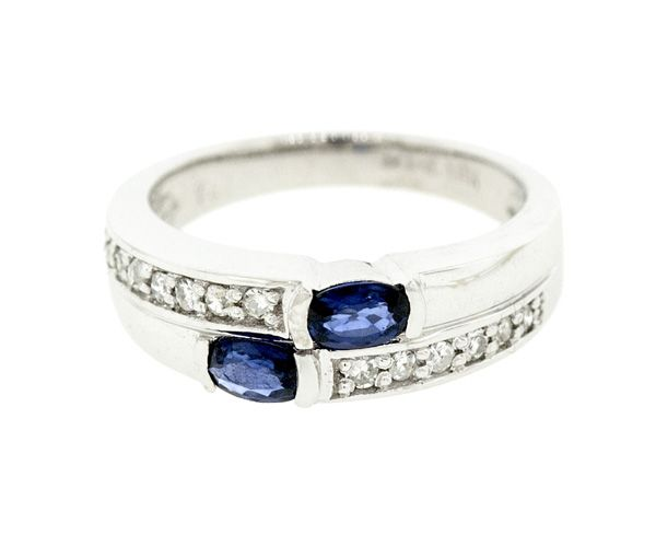 Jolie bague pour dame en or 14k blanc sertie de diamants et de saphirs bleus